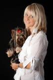 Blonde Frau mit Yorkshire-Terrier. Lizenzfreie Stockfotos