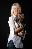 Blonde Frau mit Yorkshire-Terrier. Lizenzfreie Stockfotografie