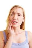 Blonde Frau mit Zahnschmerzen Stockbilder