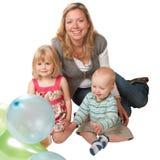 Blonde Frau mit zwei Kindern Stockbilder