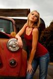 Blonde Frau nahe bei altem LKW Lizenzfreie Stockbilder