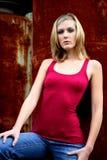 Blonde Frau nahe bei Rost Lizenzfreies Stockbild