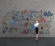 Blonde Frau nahe bunter Skizze auf Betonmauer Stockbild