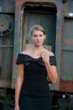 Blonde Frau nahe einer alten Serie Stockfotografie