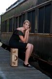 Blonde Frau nahe einer alten Serie Stockfotos