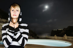 Blonde Frau nahe Pool Lizenzfreie Stockfotografie