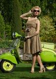 Blonde Frau nahe Roller Lizenzfreie Stockfotos