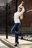 Blonde Frau am Roheisenzaun Lizenzfreie Stockfotos