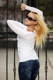 Blonde Frau am Roheisenzaun Lizenzfreie Stockbilder