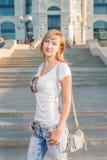 Blonde Frau 20s am Stadtparktag Stockbilder