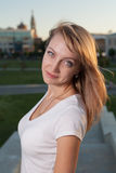 Blonde Frau 20s am Stadtparktag Stockbild