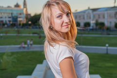 Blonde Frau 20s am Stadtparktag Stockfotos