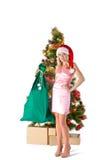 Blonde Frau in Sankt-Hut mit Geschenktasche Stockbilder