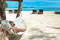 Blonde Frau schlafend in einer Hängematte. Lizenzfreies Stockbild