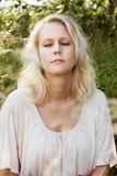 Blonde Frau am Sommer träumend Stockbilder