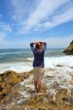Blonde Frau steht auf Strand Lizenzfreie Stockfotografie