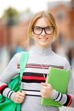 Blonde Frau steht mit Tablette Lizenzfreies Stockbild