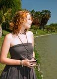 Blonde Frau steht nahes Wasser Stockfotografie