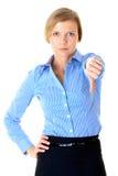 Blonde Frau stellt dar, dass thums unten gestikulieren, getrennt Lizenzfreies Stockbild