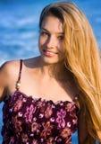 Blonde Frau am Strand Stockfotografie