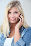 Blonde Frau am Telefon Lizenzfreie Stockfotos