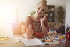Blonde Frau am Telefon Lizenzfreies Stockfoto