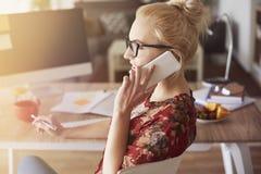 Blonde Frau am Telefon Stockfoto