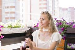 Blonde Frau trinkende Smoothies Lizenzfreie Stockbilder