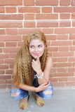 Blonde Frau und Backsteinmauer Lizenzfreie Stockfotos