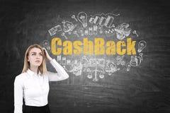 Blonde Frau und Bargeldrückseite auf Tafel Lizenzfreies Stockfoto