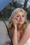 Blonde Frau und beschädigtes Fahrzeug Lizenzfreies Stockfoto
