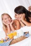 Blonde Frau und Brunette, die zusammen frühstückt Stockbilder