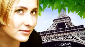 Blonde Frau und Eiffelturm Stockfotos