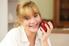 Blonde Frau und ein Apfel Lizenzfreies Stockbild