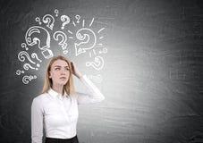 Blonde Frau und Fragezeichen auf Tafel Stockfoto