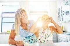 Blonde Frau und Mädchen, die mit Teig spielt Lizenzfreie Stockbilder