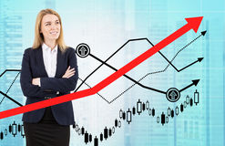 Blonde Frau und rotes Diagramm in der Stadt Stockbilder