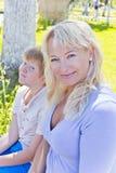 Blonde Frau und Sohn, die im Sommer lächelt Lizenzfreie Stockfotografie