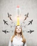 Blonde Frau und viele Raketen Lizenzfreie Stockbilder