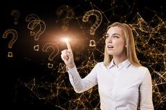 Blonde Frau und virtuelle Fragezeichen Lizenzfreies Stockbild