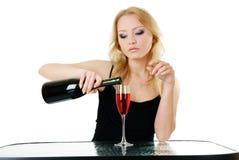 Blonde Frau und Wein Stockfoto