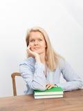 Blonde Frau und zwei Bücher Stockbild