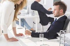 Blonde Frau verführt einen Chef