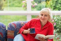 Blonde Frau von mittlerem Alter ist entspannend Lizenzfreie Stockfotos