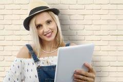 Blonde Frau von mittlerem Alter mit Tablette Lizenzfreie Stockfotos