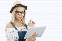 Blonde Frau von mittlerem Alter mit Tablette Lizenzfreies Stockbild