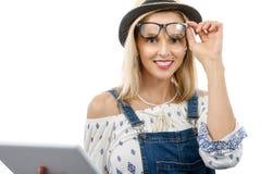 Blonde Frau von mittlerem Alter mit Tablette Stockbilder