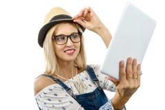 Blonde Frau von mittlerem Alter mit Tablette Lizenzfreie Stockfotografie