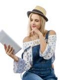 Blonde Frau von mittlerem Alter mit Tablette Stockfotografie