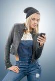 Blonde Frau von mittlerem Alter mit Telefon Stockbild
